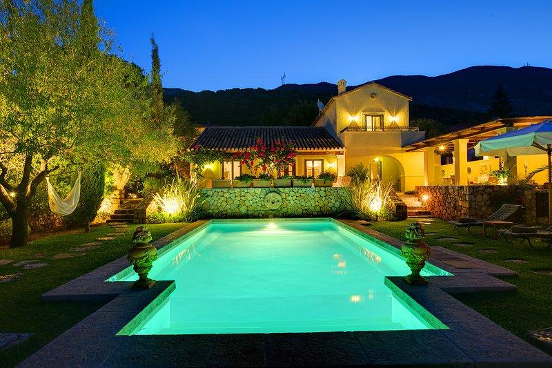 Sea View Villa with Private Pool and In-House Chef, aluguéis de temporada em Trapezaki