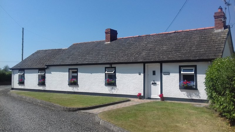 CLONMOOR----a country cottage. with its own garden, holiday rental in Antrim