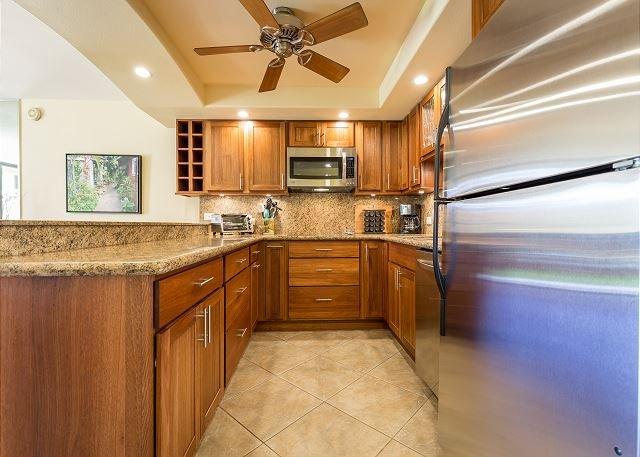 Área de cocina con electrodomésticos de acero inoxidable y un horno de convección