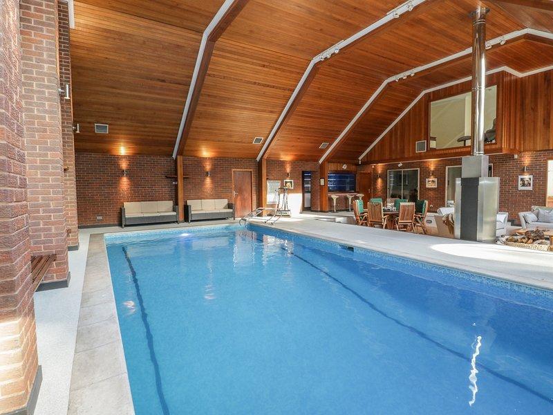 Branksome Wood House, indoor pool, hot tub, sauna, near Bournemouth, alquiler de vacaciones en Poole