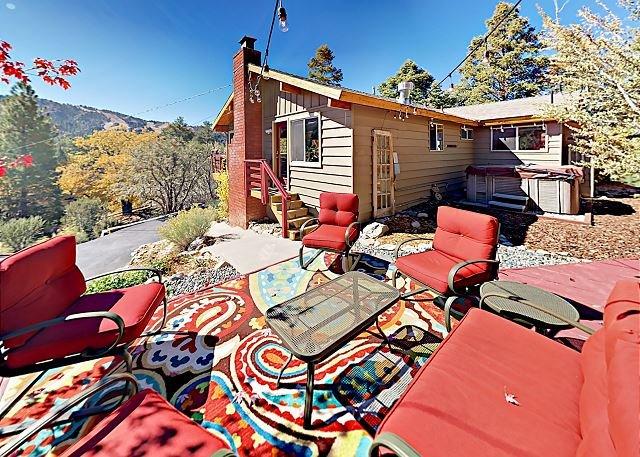 Sleek Moonridge Getaway | Big Mountain Views & Private Hot Tub | Near Slopes, location de vacances à Big Bear Region