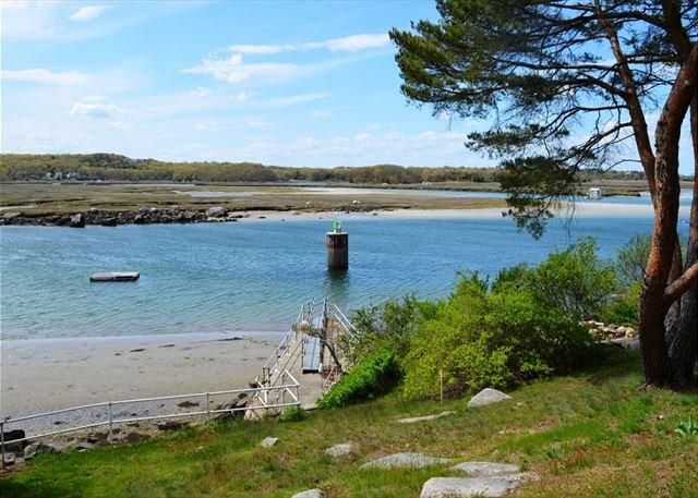 La spiaggia e il bacino con la bassa marea.