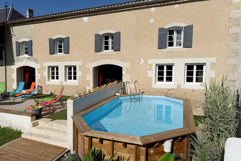 Amazing villa with swimming-pool, holiday rental in Archingeay