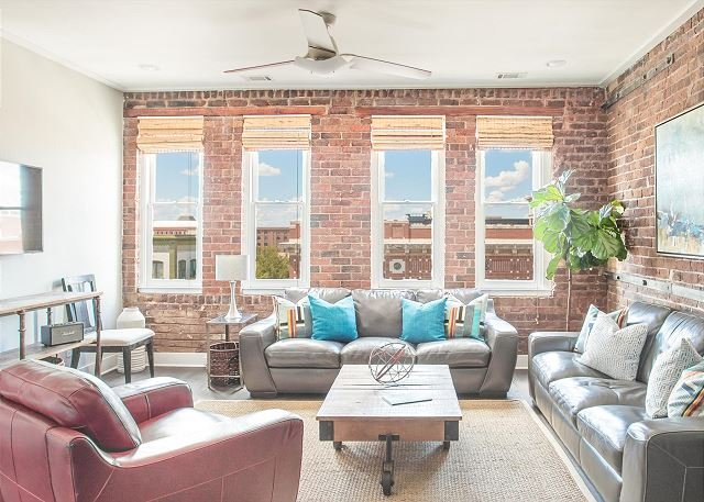 Flexible Refund Policies: Stunning Downtown Views From This Hip Condo, vacation rental in Savannah