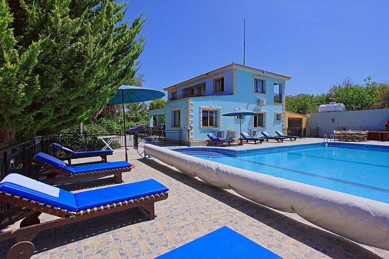 Heated (on request) pool, A/C, Large Pool, Sunning sunsets., holiday rental in Nea Dimmata