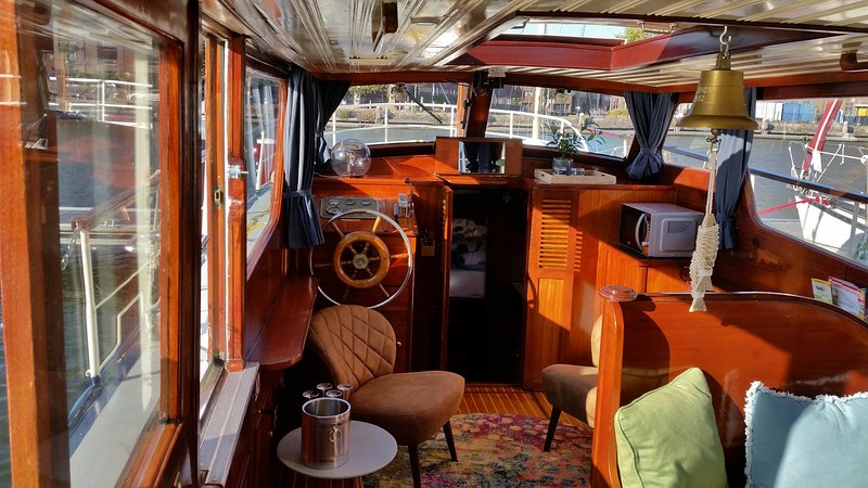 Houseboat Flint Close to the City Centre of Amsterdam., vacation rental in Sloten