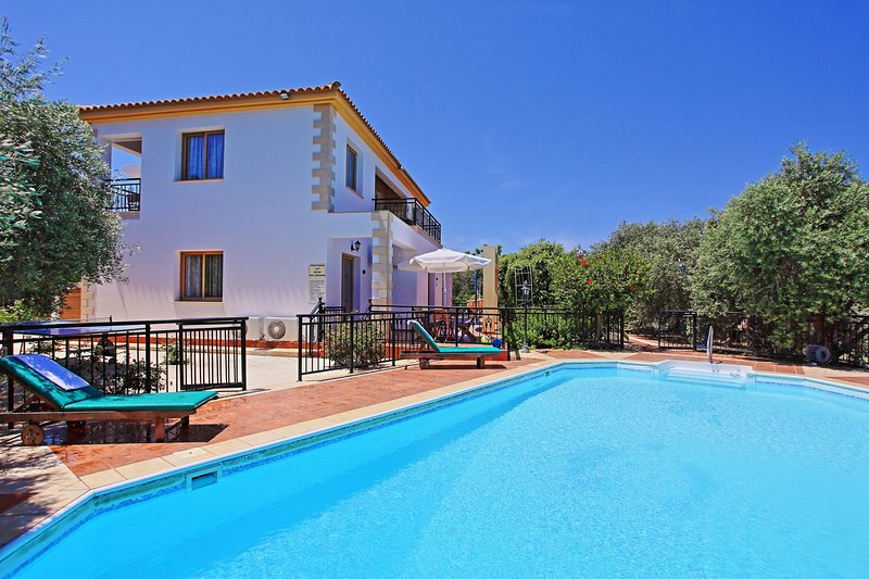 Sunset views, large pool, familiar to mobility difficulties, holiday rental in Nea Dimmata
