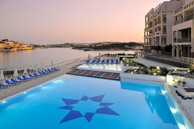 Marvellous Apartment in Tigne Point with Pool (ENHANCED CLEANING PROTOCOL), holiday rental in Sliema