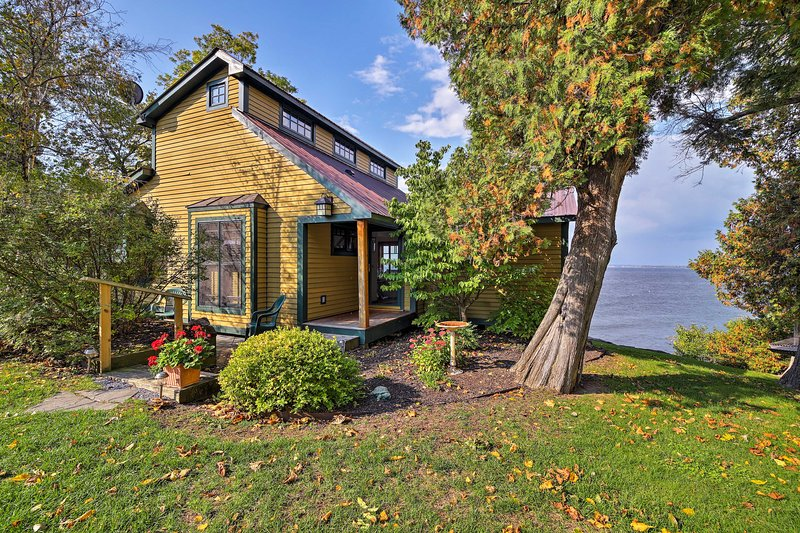 Six guests will fall in love with this 1,500-square-foot home.