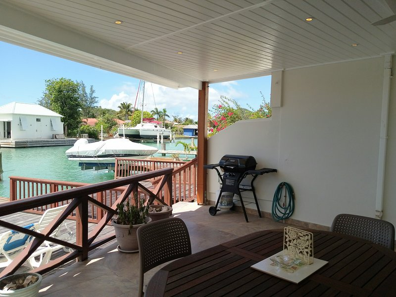 Charming waterfront villa less than 5 minutes from the beach - 244C, location de vacances à Saint Mary Parish