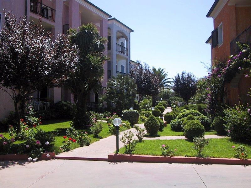APPARTAMENTO IMMERSO NEL VERDE -TULIPANO-, vacation rental in Valledoria