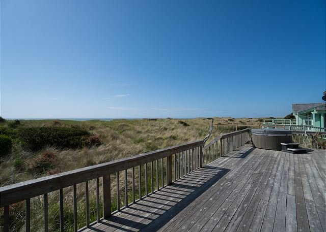 Discover Daly's oceanfront 3 bedroom beach house w/ hot tub in Waldport!, vacation rental in Waldport