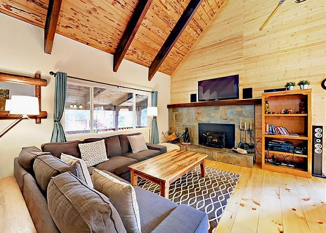 Lovely Chalet w/ Hot Tub - Near Heavenly, Walk to Shops & Trails, alquiler de vacaciones en South Lake Tahoe