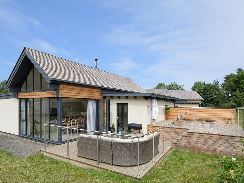 RESTHARROW LODGE, hot tub, woodburner, Bamburgh, vacation rental in Bamburgh