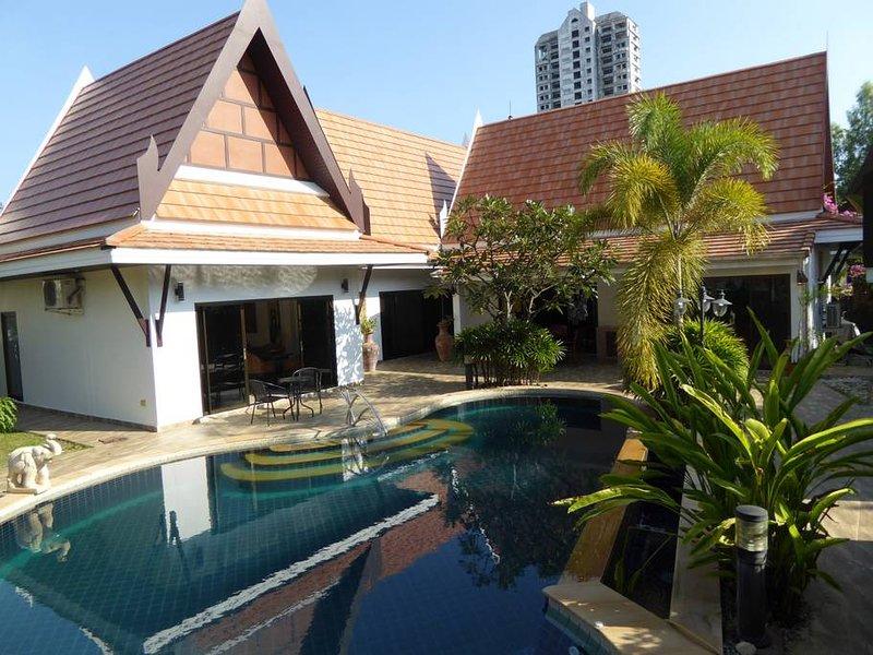 Deluxe Oriental Thai Pool Villa 4 bedrooms, vacation rental in Rayong