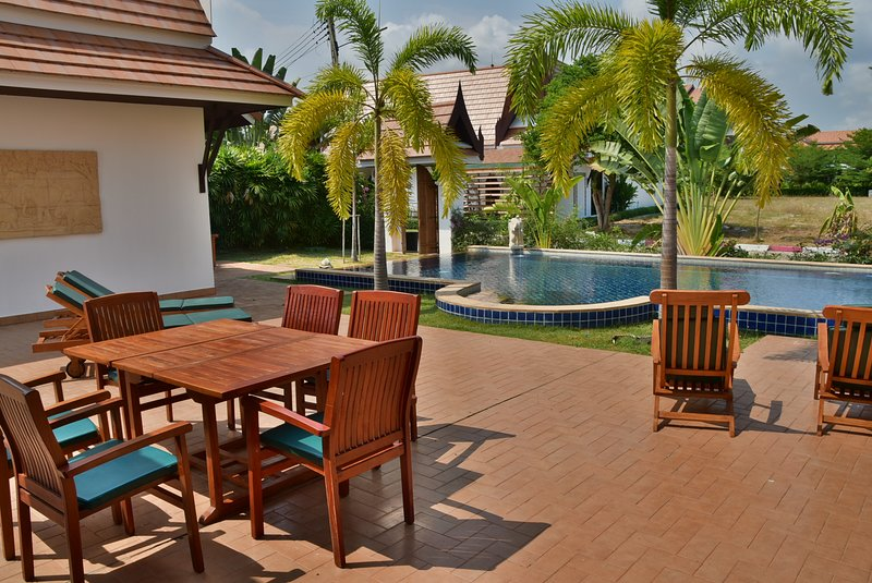 Oriental Thai Pool Villa per due persone, vacation rental in Ban Phe