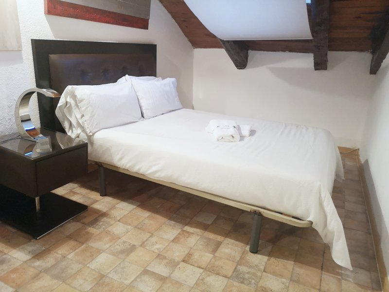 Bedroom with doble bed and towels