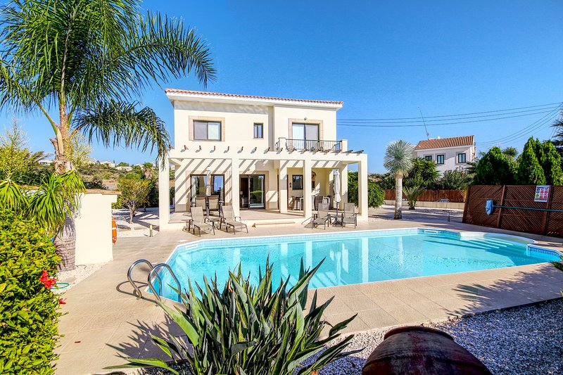 Villa Saphrini- a Stylish Luxury 3 Bed Villa with Private Pool!!, alquiler vacacional en Kouklia