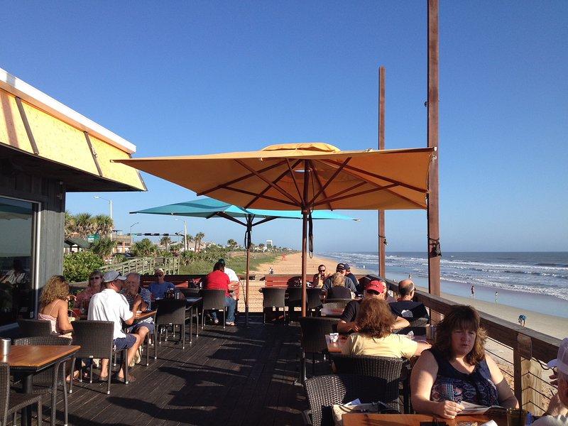 Hibiscus à quelques pas de la plage et à moins de deux rues de ce grand restaurant.