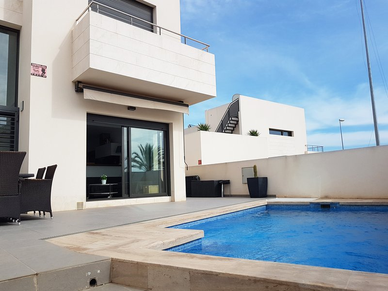 Superb 3 bedroom villa with private pool, holiday rental in La Zenia