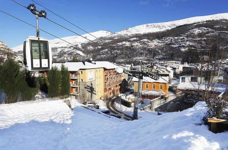 Enjoy being located at the foot of the gondola connected to the plateau of Bonascre.