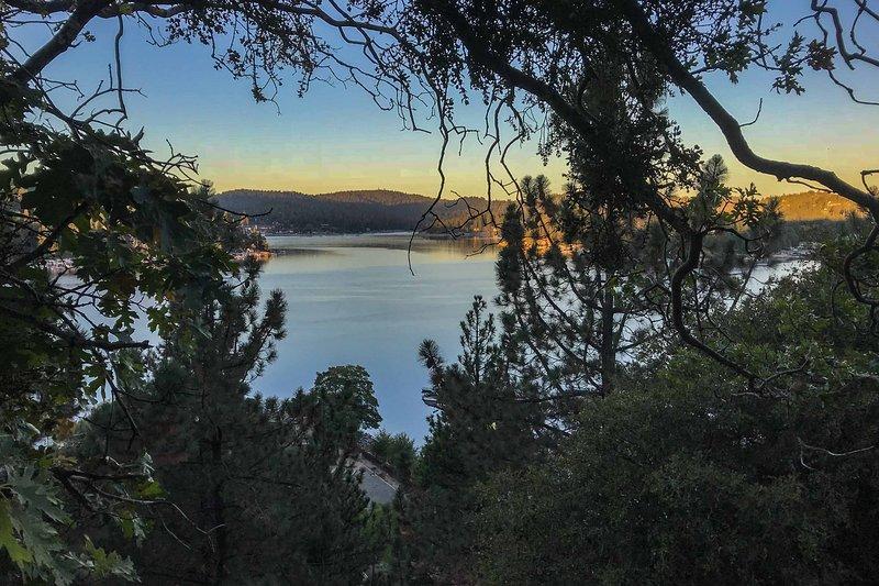 Fate una passeggiata serale e ammirate le viste al tramonto sul lago.