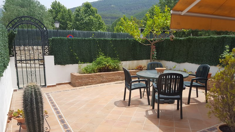 EL BOSQUE, CASA CON VISTAS, PATIOS Y PISCINA, location de vacances à Benamahoma