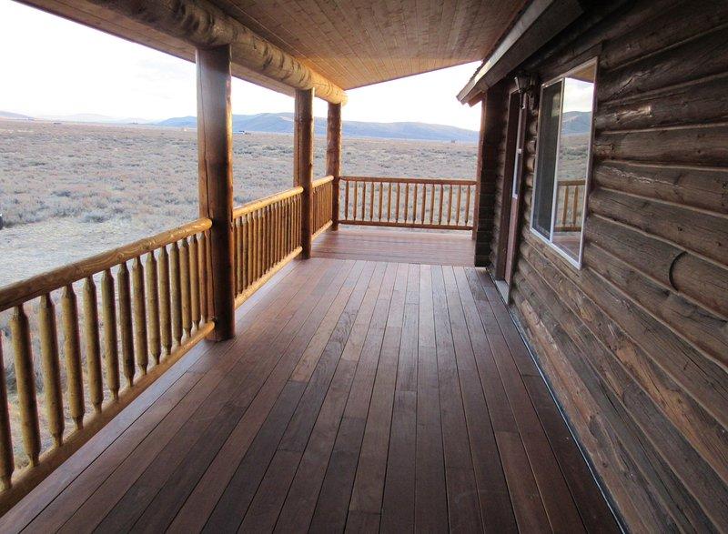 O deck coberto pode ser apreciado chova ou faça sol