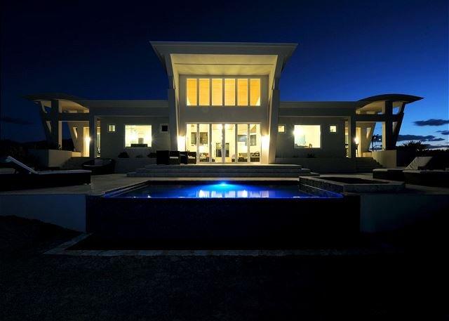 Stunning Contemporary Beach Villa w/ Private Pool, 50-Mile Ocean Views, casa vacanza a Governor's Harbour