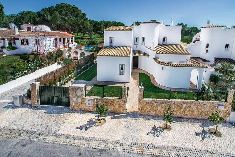 Casa do Laranjal - Luxury Villa on golf course (sleeps 8-10), vacation rental in Faro District