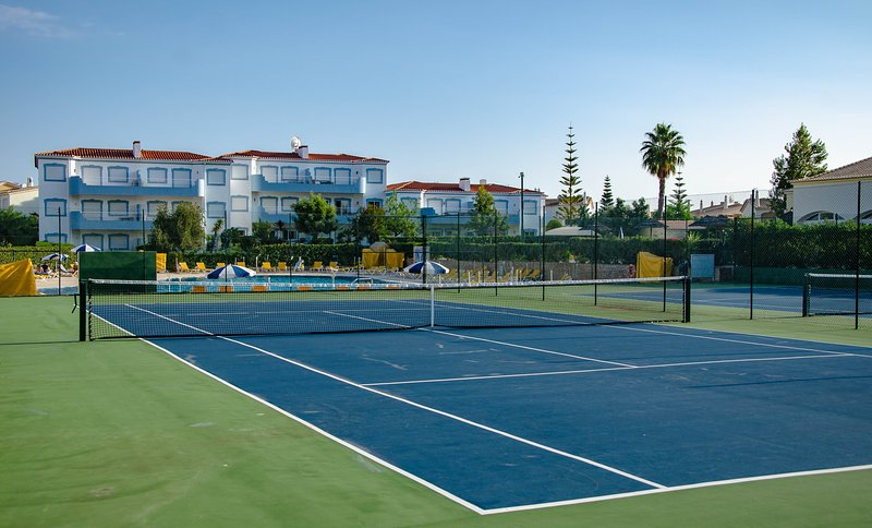 2 pistas de tenis de uso gratuito.