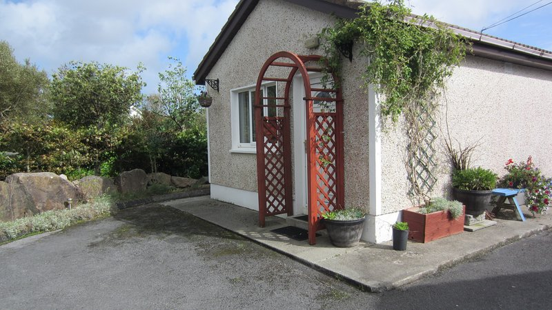 BARNA GALWAY HOT-TUB STUDIO FOR TWO near Golf and Sea, holiday rental in Galway