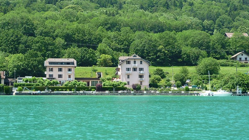 Lovely Appartement with a private beach, holiday rental in Duingt