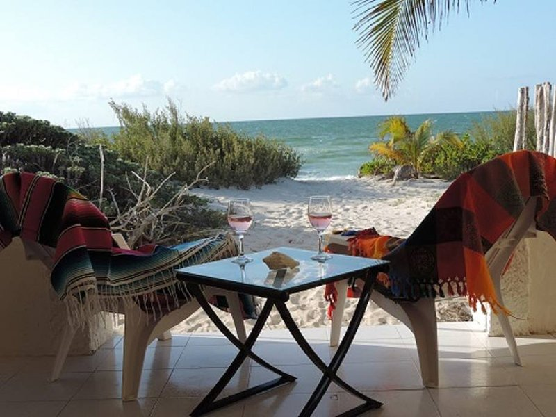 Oceanfront 2BR-Walk right on to the beach!, alquiler vacacional en Chelem