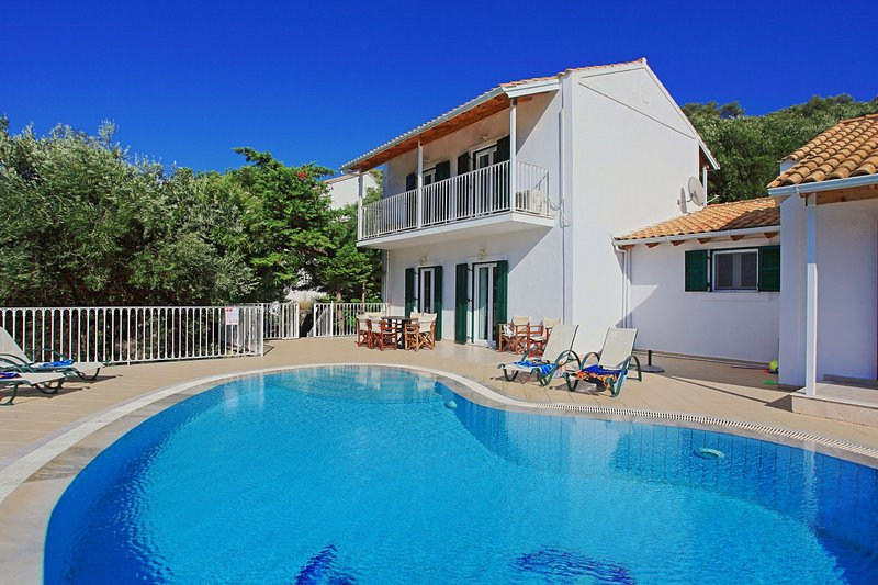 Villa Oneiro: Private pool, stunning views, WiFi, A/C, holiday rental in Apraos