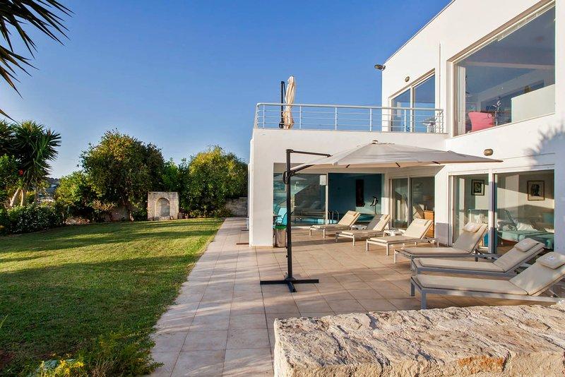 Private 'White Blue Spa Pool Luxury Villa' with sauna and gym!, aluguéis de temporada em Heraklion