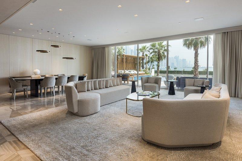 Superbe vaste salon et bar au rez-de-chaussée donnant sur la piscine privée et donnant sur celle-ci