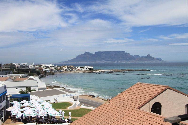 Geniet van het uitzicht op de ansichtkaart van de Tafelberg en de Atlantische Oceaan vanuit uw appartement
