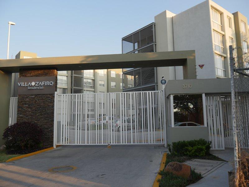 New Cozy Full Apartment with WiFi,Pool,Elevator,Two Bedrooms., location de vacances à San Patricio