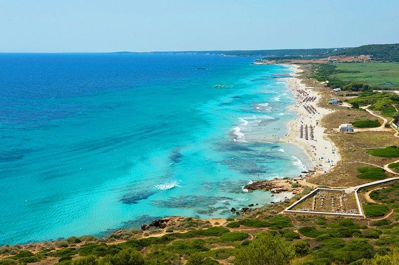 Playa de Son Bou,arenas blancas,dunas y reserva natural con gran valor ecologico.Ideal para familias