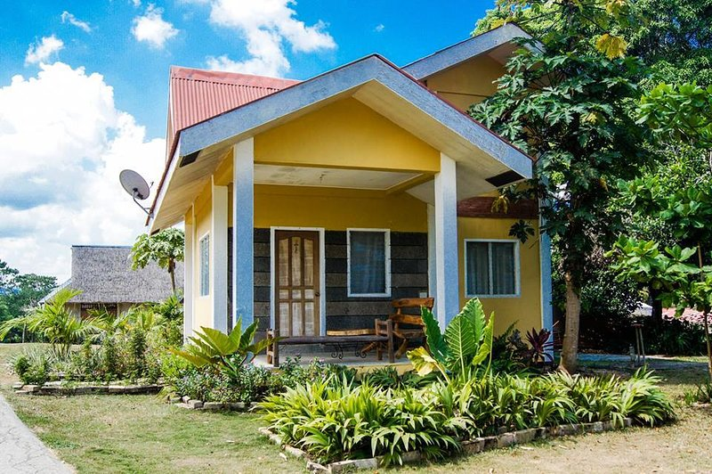 2-STORY LEMON HOUSE, holiday rental in Sibonga