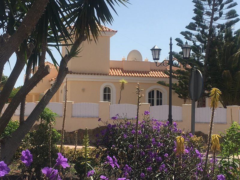 Spacious villa with sun trap roof terrace and shade on lower terrace