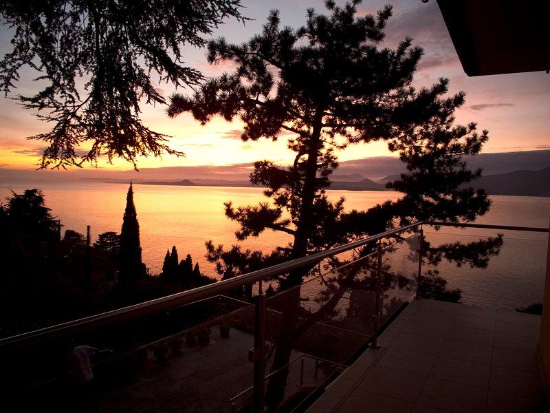 Sjöutsikt och solnedgång från villan