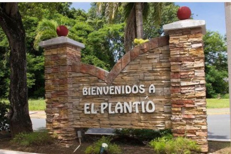Gated community in Metro Area, cozy, easy access., holiday rental in Toa Baja