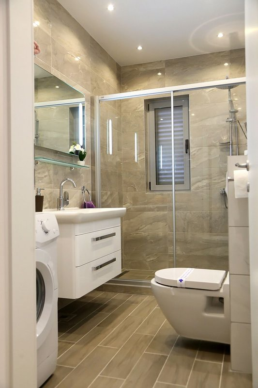 H(8+1): bathroom with toilet