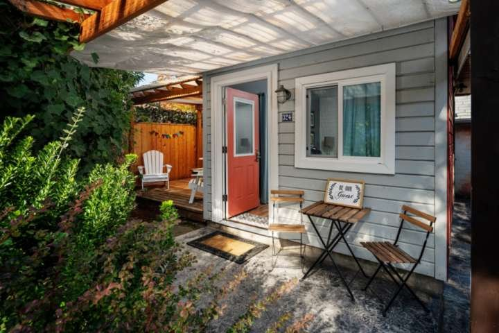 Southwest Portland Tiny House - Near The MAX, Walk-able To Many Restaurants, Bar, holiday rental in Tigard