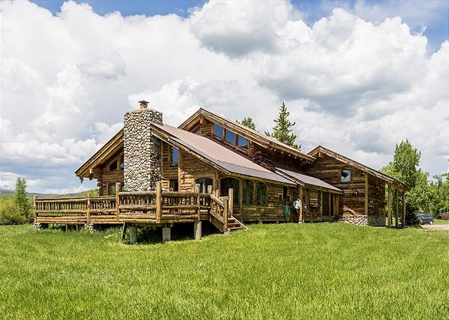 Country Retreat on Elk River! Big Loft, Deck & Firepit - Great Fishing Access, holiday rental in Clark