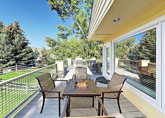 Elegant Mountain-View Condo with Backyard Trails | 8 Minute Walk to Riverwalk, casa vacanza a Wolcott