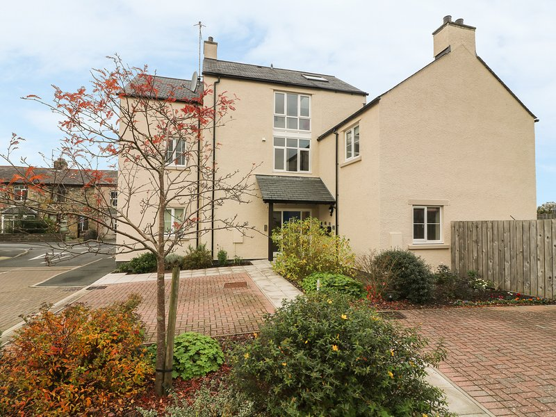 5 OLD LAUNDRY MEWS, open-plan, Ingleton, holiday rental in Ireby