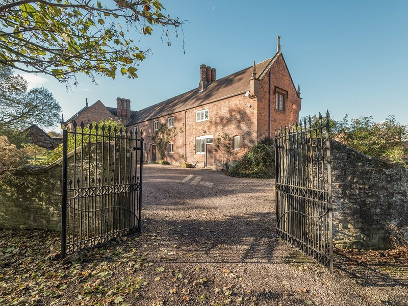 WYVERN HOUSE, on a 3000 acre estate, character features, en-suite, in, holiday rental in Westbury